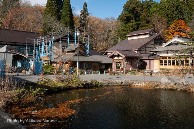 蔦の森:蔦温泉でバスを降りる、12時30分、蔦温泉旅館のレストランで昼食を済ませ、沼めぐり入り口へ。