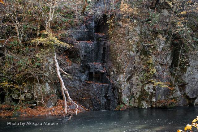 奥入瀬渓流:千筋の滝、細い流れが階段状の岩を伝って音も無く流れ落ちる。