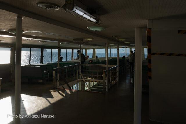 十和田湖:紅葉シーズンの終わりだからか、乗船している人は数えるほどしかいなかった。約1時間、湖上遊覧の始まり。