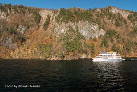十和田湖:中湖を北に航行する遊覧船、遊覧船のコースは2種類あり、乗船した船は子ノ口→休屋のコース。もう一つは休屋から出港して中海を一周してまた休屋へ戻るコース。