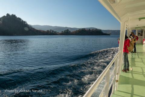 十和田湖:そうこうするうちに船は中山半島の東側に入ったのだろうか?デッキは逆光線でまぶしい。