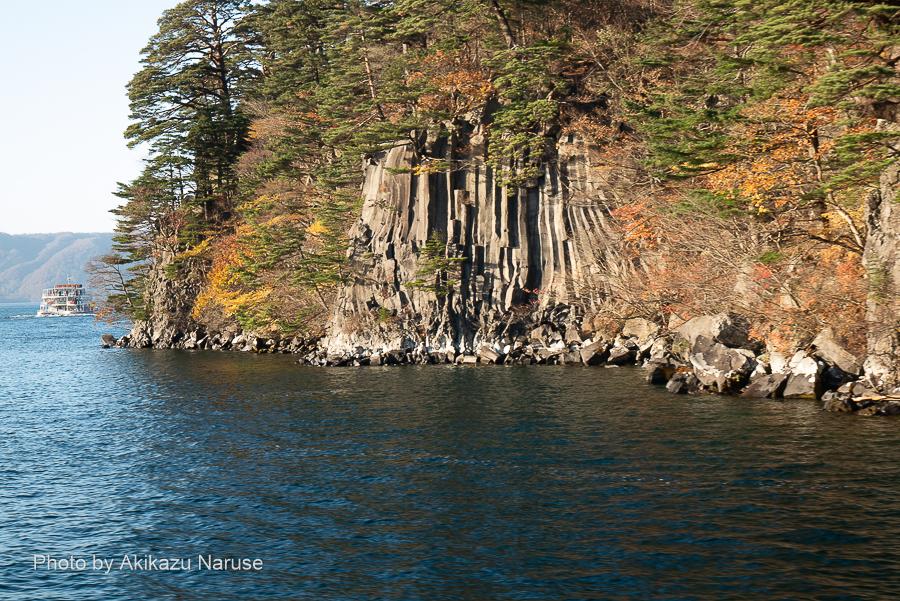 十和田湖:六方石、溶岩によって出来た見事な柱状節理。ここまで来ると休屋まではそう遠くない。