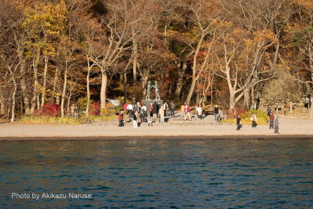 十和田湖:休屋の御前が浜、あまりにも有名な高村光太郎作「乙女の像」、船上から俯瞰気味に見る。