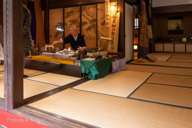 青柳家:この日は、1階で伝統工芸士による 桜皮細工実演が行われていた。
