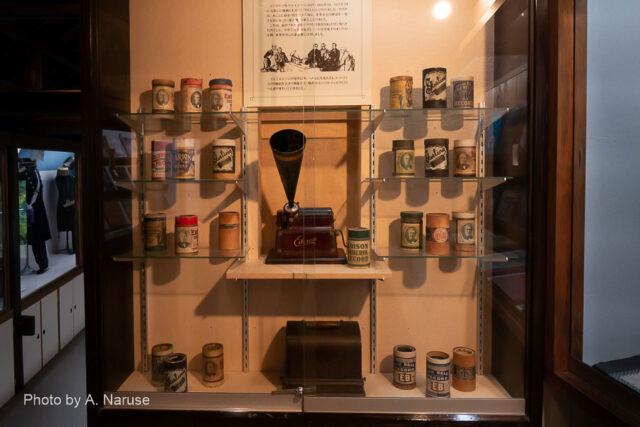 青柳家:エジソン発明の円筒形メディアによる蓄音機(録音機)、昔のレコードジャケットなどが目を楽しませてくれる。