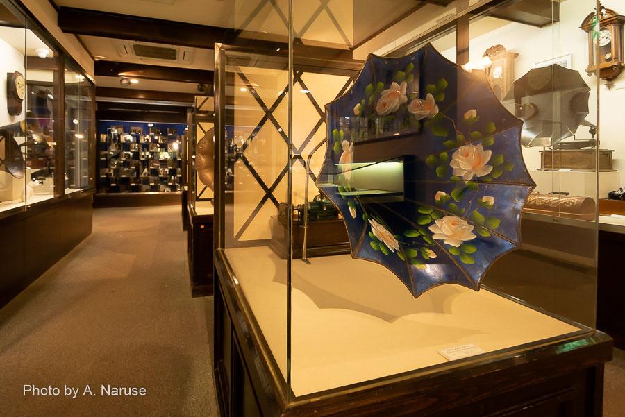 青柳家:エジソンタイプの蓄音機、朝顔ホーンの装飾も豪華。
