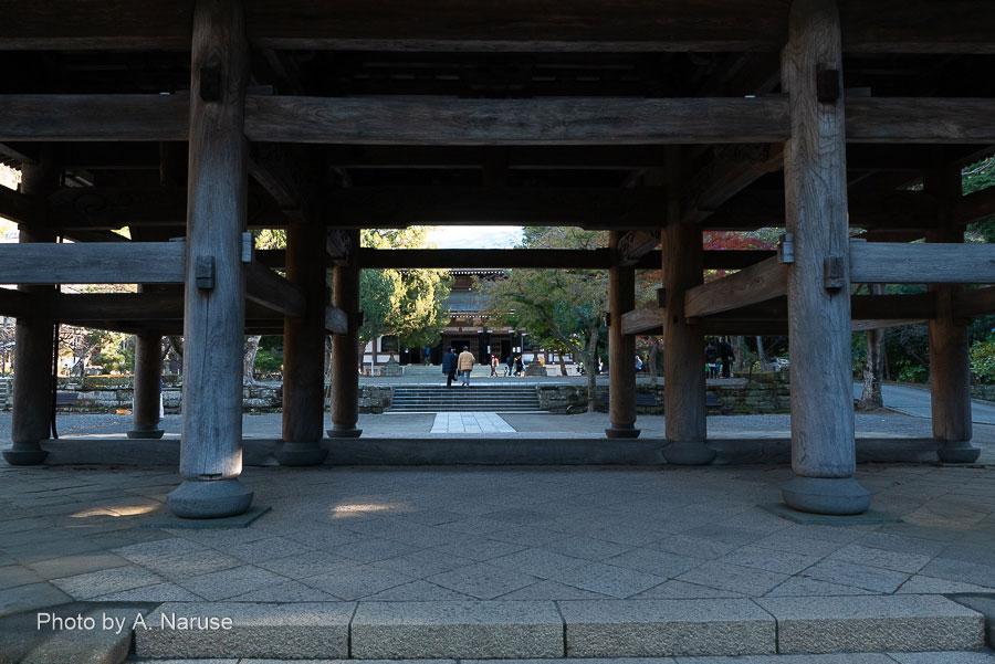 円覚寺:三門から「仏殿」へ続く参道。頭上の楼上には非公開の「十一面観音」、「十二神将」、「十六羅漢」が祀られているとか。三門をくぐり雑念を捨て(無理)仏殿へ。