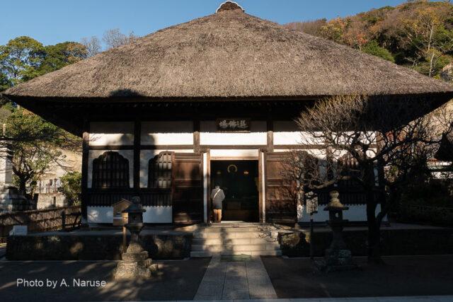 円覚寺:選仏場、仏殿の西側にあり、修行僧の座禅道場、正面奥中央に薬師如来立像が祀られている。左右に座禅用の畳敷き床が設えてある。