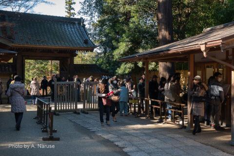 円覚寺:参拝者の列、午前10時20分円覚寺を後にする。